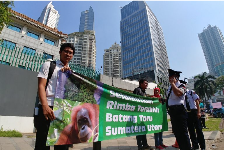 Demonstrators hold a banner protesting China's funding of the Batang Toru dam in front of the Chinese Embassy in Jakarta, Indonesia. Image by Hans Nicholas Jong/Mongabay.